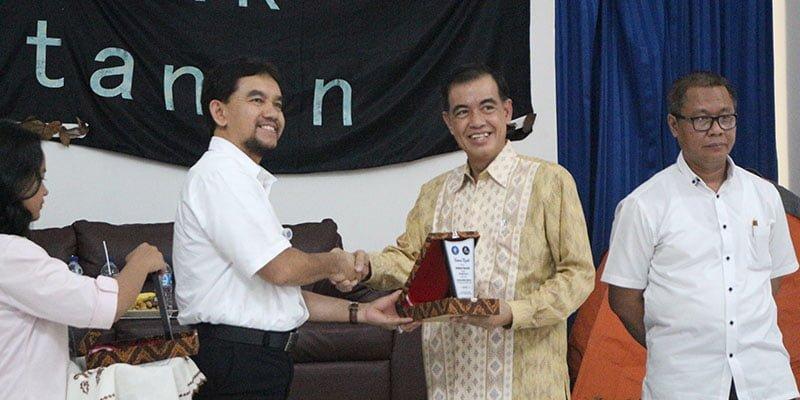 Dekan Fakultas Kehutanan Bersalaman dengan Direktur Utama PT Prima Gasifikasi Indonesia