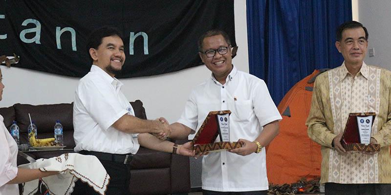 Dekan Fakultas Kehutanan Bersalaman dengan Dosen Pengusaha Dr Ir Dede Hermawan MSc
