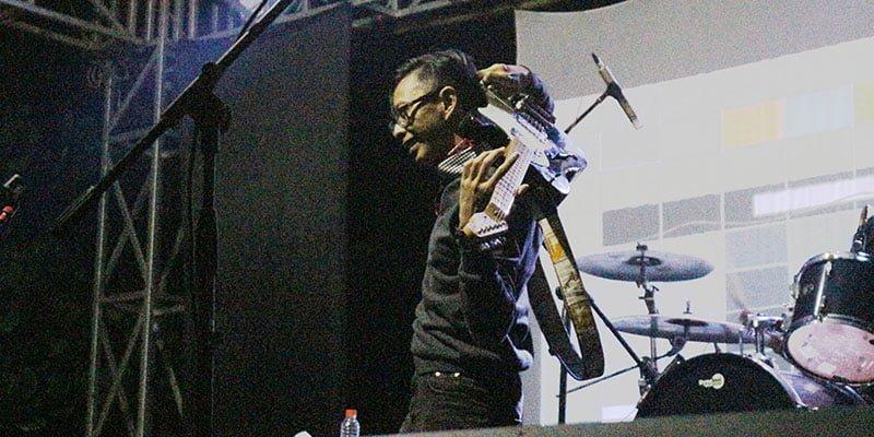 Gitaris Mocca Riko Prayitno yang Sedang Bermanuver dalam Memainkan Alat Musik Gitar