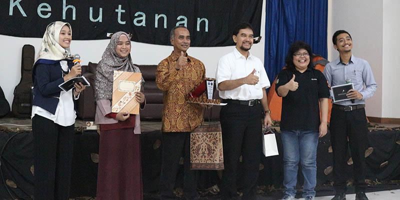 Sesi Foto Bersama Dekan Fakultas Kehutanan dengan Para Pembicara dan MC