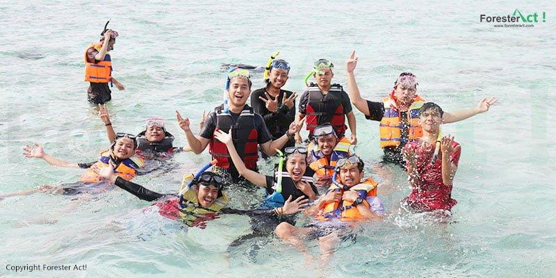 Air laut yang jernih menjadi daya tarik utama untuk melakukan kegiatan snorkeling