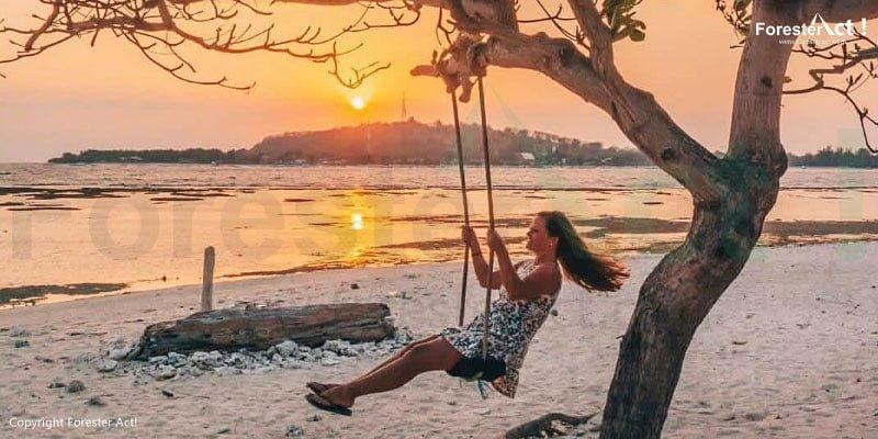 Bermain Ayunan di Pantai Saat Senja Hari