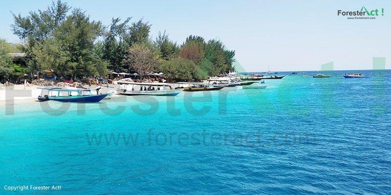 Suasana Pantai dan Laut dengan air yang jernih di Pulau Gili Trawangan
