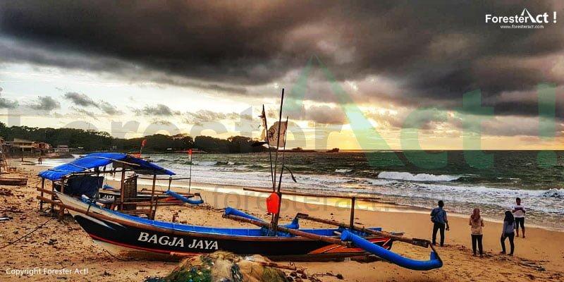Kapal nelayan yang bisa dipakai untuk menyusuri Pantai Santolo