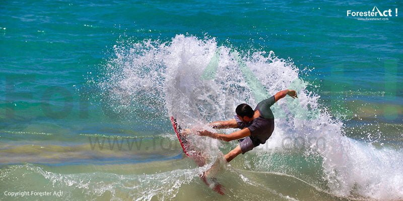Surfing di Pantai Santolo
