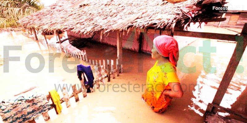 Seorang Ibu Meratapi Bencana Banjir di Sekitar Rumahnya