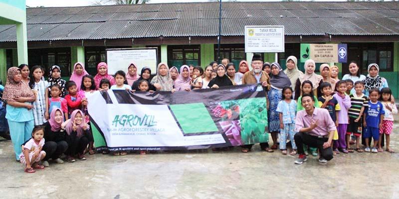 Foto bersama Tim Agrovill dengan Warga Desa Sukamakmur