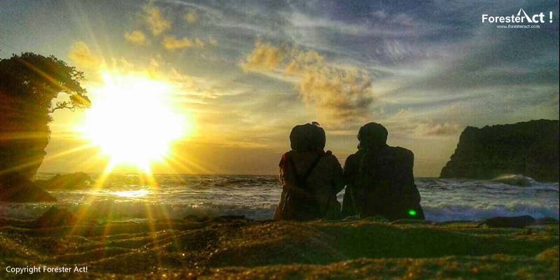 Menikmati Mentari di Pantai Ngitun
