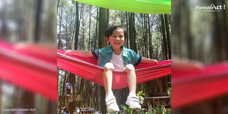 Bermain bersama Anak di Gunung Pancar
